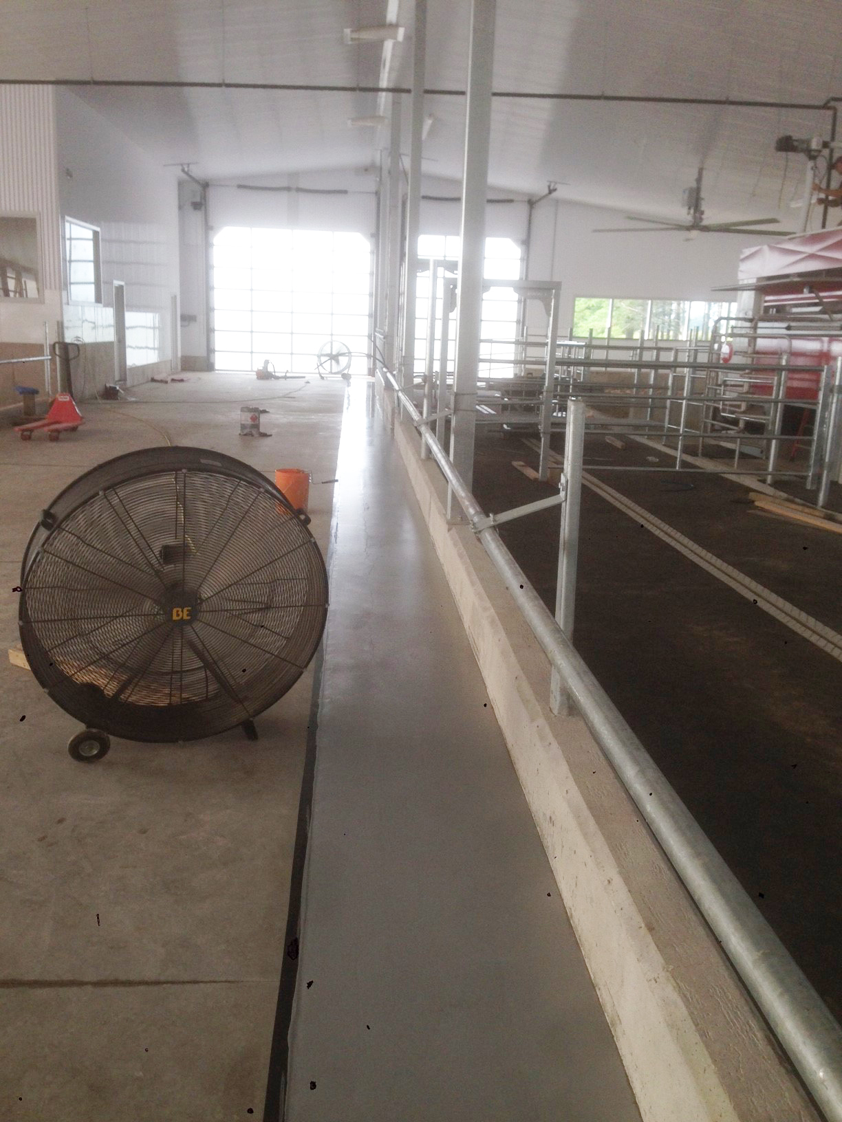 Agricultural building with concrete floor